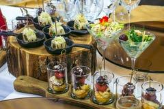 用不同的食物快餐的美丽的承办酒席为庆祝装饰的宴会桌和开胃菜集会,特写镜头 免版税库存图片