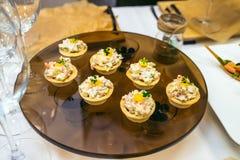 用不同的食物快餐,开胃菜的美妙地装饰的承办的宴会桌 库存照片