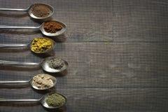 用不同的香料的六古色古香的生来有福 免版税库存图片