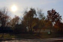用与一个茅屋顶的白色石灰盖的古老小屋 免版税库存照片