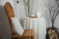 用与一杯茶的厚实的布料盖的桌和茶和m 库存图片