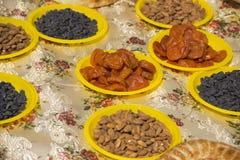 用东方甜点,胡说和lavash报道的桌布 免版税库存图片