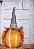用丝带和巫婆帽子装饰的南瓜 库存图片
