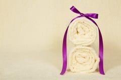 用丝带装饰的两块毛巾卷 免版税库存图片