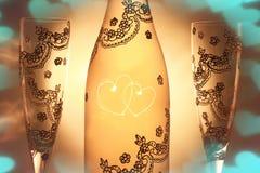 用两和两块玻璃装饰的瓶香槟交错心脏 库存照片