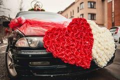 用两心脏装饰的婚礼汽车被做  库存照片