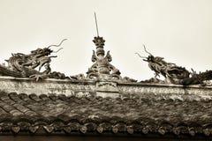 用两条龙装饰的中国古老屋顶的土坎 免版税库存照片