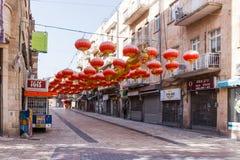 用中国灯笼和中国龙装饰的街道在Jer 免版税库存图片