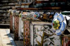 用中国瓦器装饰艺术外面在黎明寺在曼谷 库存图片