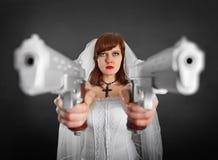 用二把手枪武装的美丽的新娘 库存图片