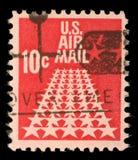 用于国外航空邮件交付的美国邮票显示航空邮件标志 免版税库存照片