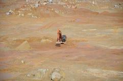 用于土堤的挖掘机机器在建造场所 免版税库存图片