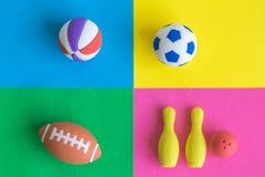 用于在多彩多姿的背景的另外体育摘要的多个球平的位置  免版税库存照片