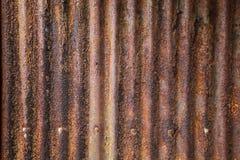用于建筑业的老详细的年迈的葡萄酒生锈的波纹状的红褐色的织地不很细锌金属板外部篱芭 免版税库存照片