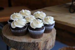 用于排的木头大平板,举行七结霜了婚礼杯形蛋糕 免版税库存照片
