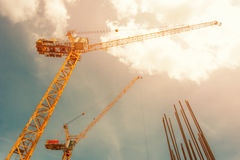 用于有天空和云彩的建造场所-的塔吊 免版税库存图片