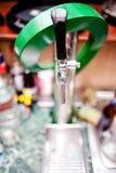 用于桶装啤酒的啤酒轻拍在酒吧 免版税图库摄影