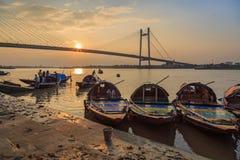 用于游船乘驾的木国家小船在河的Hooghly Princep Ghat排队了在日落 免版税图库摄影