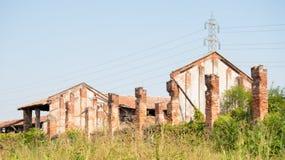 用于畜牧业的一个大被放弃的大厦概要 免版税库存照片
