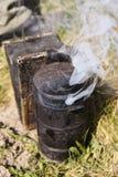 用于蜂房的蜂吸烟者喘气的烟 库存照片
