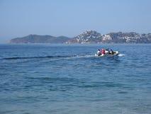 用于钓鱼和太平洋旅游游览的汽船在阿卡普尔科在墨西哥,海湾风景 免版税库存照片