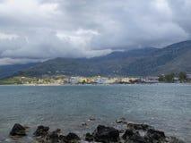 用云彩和山盖的海 免版税库存图片