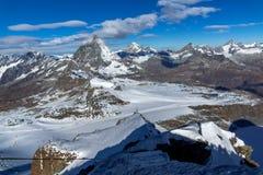 用云彩报道的登上马塔角冬天全景,阿尔卑斯,瑞士 免版税库存照片