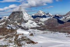用云彩报道的登上马塔角冬天全景,阿尔卑斯,瑞士 图库摄影