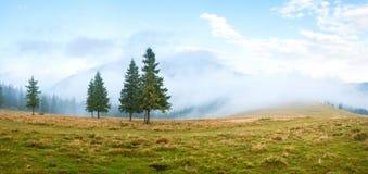 用云彩盖的小山 图库摄影