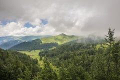用云彩盖的山腰 库存照片