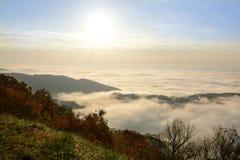 用云彩盖的美丽的山 库存图片