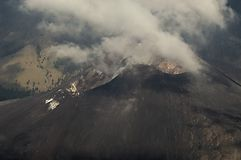 用云彩盖的Mt Rinjani火山口 图库摄影