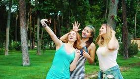 用五颜六色的粉末盖的愉快的女孩在侯丽节费斯特以后做滑稽的selfies 股票视频