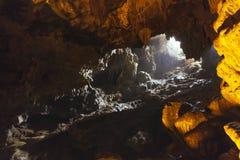 用人为五颜六色的光装饰在下龙湾的里面东Thien Cung洞 广宁省,越南 免版税库存图片
