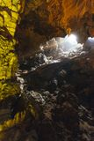 用人为五颜六色的光装饰在下龙湾的里面东Thien Cung洞 广宁省,越南 库存照片