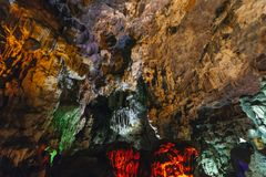 用人为五颜六色的光装饰在下龙湾的里面东Thien Cung洞 广宁省,越南 库存图片
