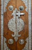 用从Sayeda Zaynap清真寺,开罗,埃及的银色镀层装饰品装饰的木门 库存图片