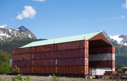 用使用的容器搭建的棚子在seward口岸  图库摄影