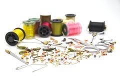 用假蝇钓鱼工具和材料 免版税库存照片