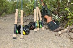 用假蝇钓鱼标尺、卷轴和熊步枪在阿拉斯加 免版税库存图片
