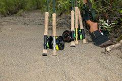 用假蝇钓鱼设备和熊步枪在阿拉斯加 免版税库存图片