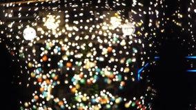 用光和装饰物装饰的夜总会圣诞节的7 股票视频
