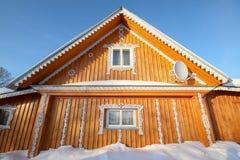 用全国俄国木雕刻装饰的一个木房子 库存图片