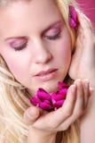 用兰花装饰的美好的白肤金发的妇女健康 免版税图库摄影