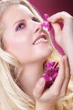 用兰花装饰的美好的白肤金发的妇女健康 免版税库存照片