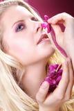 用兰花装饰的美好的白肤金发的妇女健康 免版税库存图片