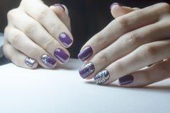 用具修指甲,钉子为胶凝体擦亮剂做准备,涂层的过程 库存图片