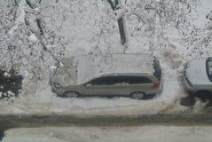 用冬天雪盖的汽车 库存照片