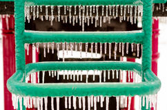 用冰盖的操场设备在冰暴以后 免版税库存照片
