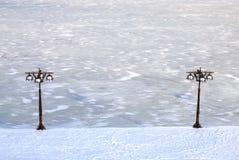 用冰盖的河的蓝色冬天都市风景,雪 并且与葡萄酒金属灯笼,第聂伯罗彼得罗夫斯克,乌克兰的堤防 免版税库存图片